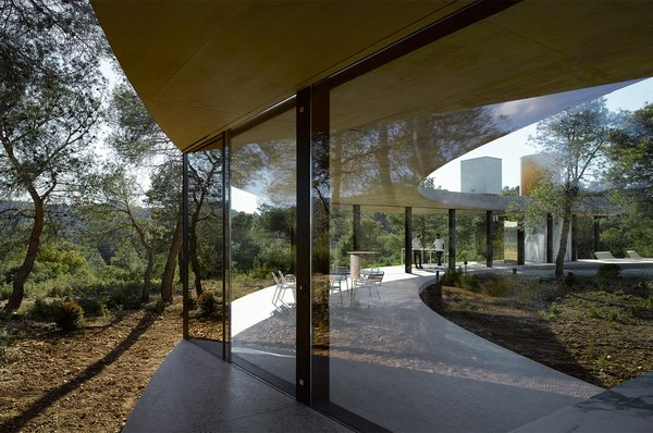 As a thought-provoking exploration of environment and design, this minimalist ring-shaped holiday home in Aragon, Spain, abandons boundaries and opens itself up to nature. Designed with a distinct shape and circular symmetry, the indoor and outdoor spaces of Solo Circle are visually and physically linked to the house's hilltop wilderness setting, as well as a sun-soaked interior courtyard with a pool.