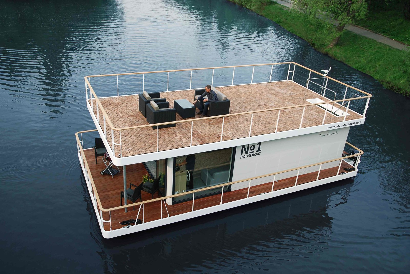 Based in the Czech Republic, No 1 Living builds houseboats with an upper and lower deck and glazed interiors that make the best of the outdoor views. Founded in 2013, they offer two models of houseboats – the No1 Living 40' and the larger No1 Living 47', both equipped with a kitchen, full bathroom, bedrooms and generous storage spaces. The houses are built with highly durable, anticorrosion protected steel and polyethylene segmented floats, which offer excellent floatation.  Photo 2 of 7 in 6 Modular Houseboat and Floating Home Manufacturers Around the World
