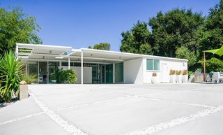 A Sensitively Restored Midcentury House Designed by Pierre Koenig - Photo 4 of 18 -