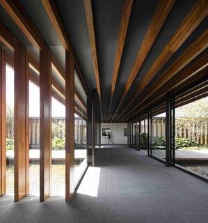 Dọc theo rìa của ngôi nhà, các dầm gỗ đùn từ trần nhà tạo ra một kết nối mạnh mẽ với cảnh quan xung quanh, trong khi bên trong, các dầm đóng vai trò là khung cho khung cảnh yên tĩnh của sân trong và ao. & Nbsp; & nbsp;