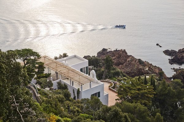The former home of modernist architect Barry Dierks, this French Riviera residence that overlooks Mediterranean Sea, was remodeled with modern interiors and amenities, but its 1926 white cubic architectural facade was kept intact.