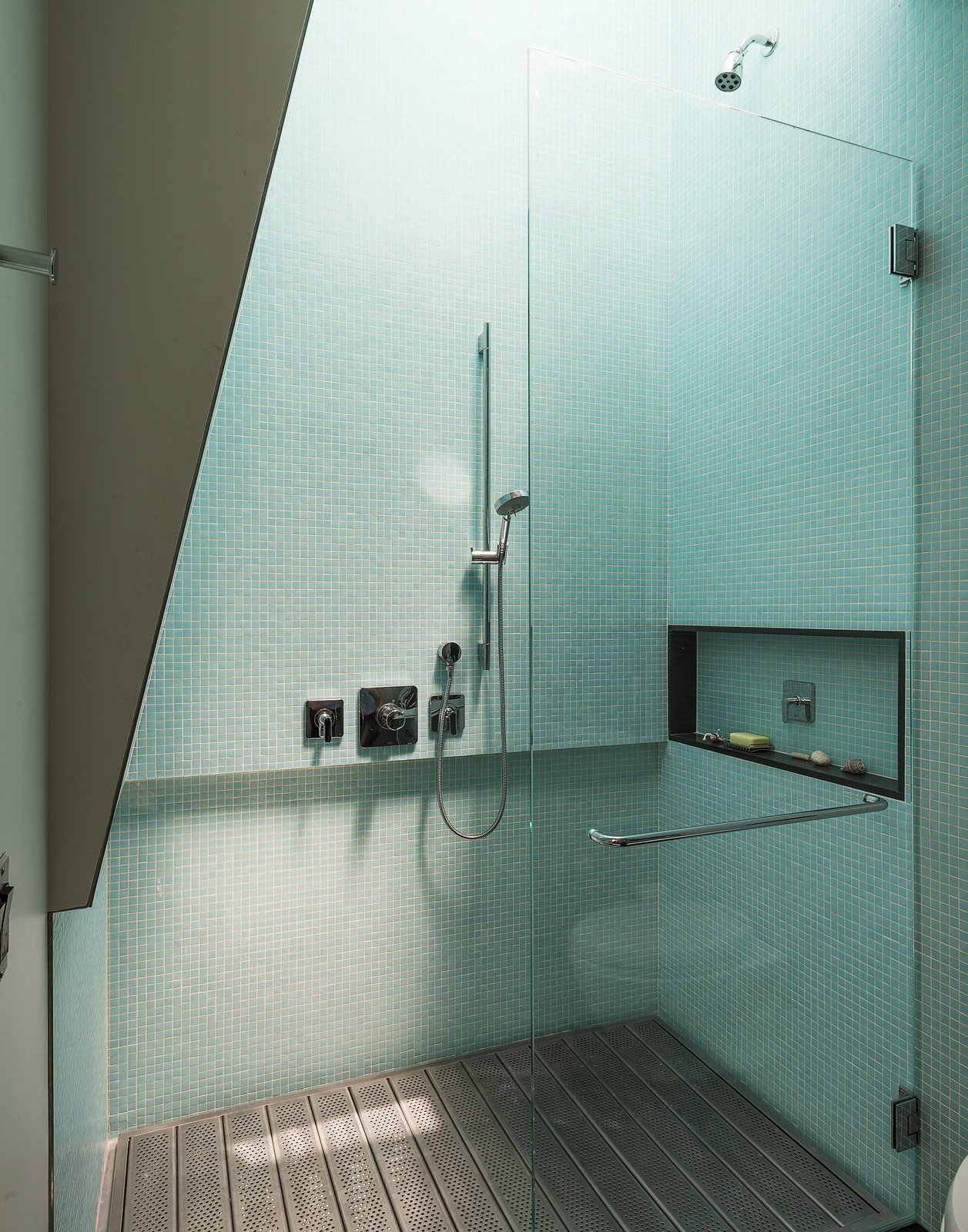 Photo 5 of 9 in 8 Bold Bathrooms That Don\'t Back Away From Color - Dwell