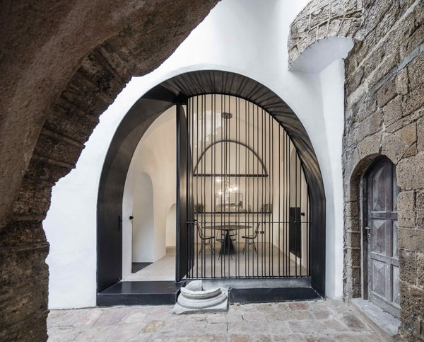 Aside from the main entrance, there are no doors in the house. Instead, arched thresholds indicate the end of one area and the beginning of another.