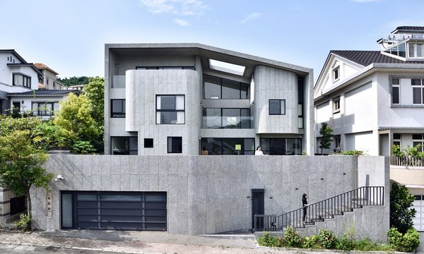 A Serpentine Wall in This Taiwanese Home Divides Public and Private Space
