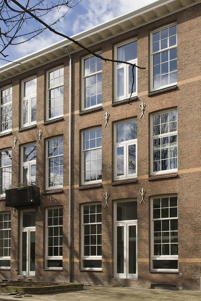 A school in Rotterdam that was built in 1912 was converted into six apartments.