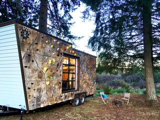 Thanks to the rock climbing wall on the front facade, the Tiny Adventure Home allows the owners to practice bouldering whenever they like, no matter the time or place.