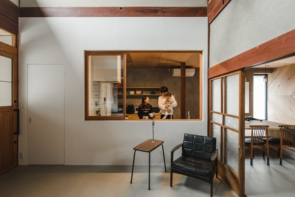 Glass takes the place of paper in the shoji screen-style doors that close and open to separate and connect the different functional zones.