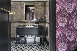 For contrast, different colored tiles have been integrated in the bathroom floor and walls.