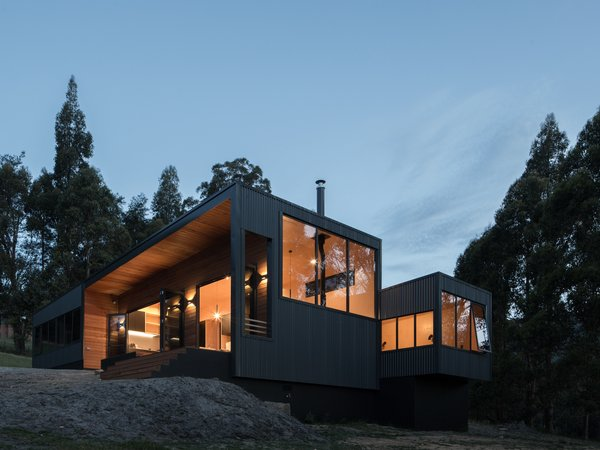 After searching for an idyllic site for their retreat, the couple finally came across a plot of land raised above a valley, which catches great light and overlooks views of Pelverata's Sherwood Hill Conservation Area.