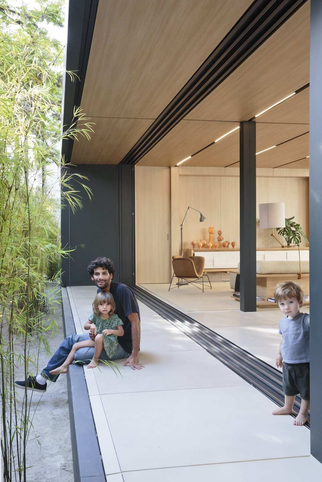 Outdoor, Small Patio, Porch, Deck, Front Yard, and Trees The SysHaus construction method reduces water and resource wastage from the traditional construction process.  Best Photos from This Eco-Minded Home in São Paulo Raises the Bar For Prefab