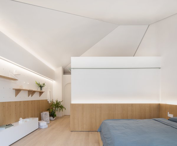A volume containing a bathroom and cloakroom was built within the master bedroom.