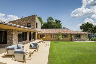 A Winning Residence in the Spanish Pyrenees Mixes Modern and Rustic