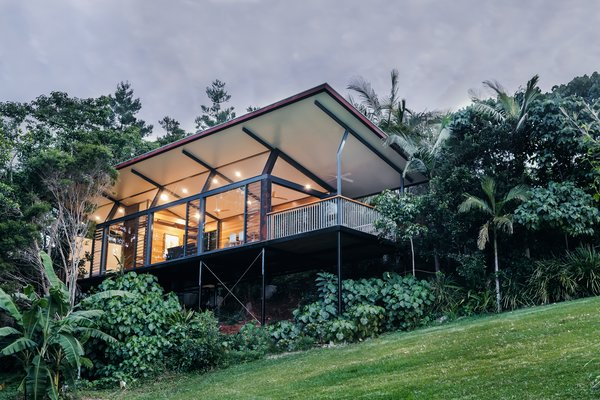 The small studio is sited along a gentle slope and is raised upon steel supports to take in views of the tree canopies.