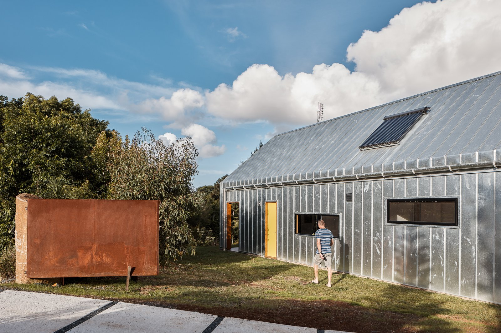 Exterior, Gable RoofLine, Metal Siding Material, Metal Roof Material, and House Building Type The galvanized metal exterior cladding is easy to maintain and will age well over time.  Photo 4 of 19 in Two Barn-Like Volumes Make Up This Low-Maintenance Australian Home