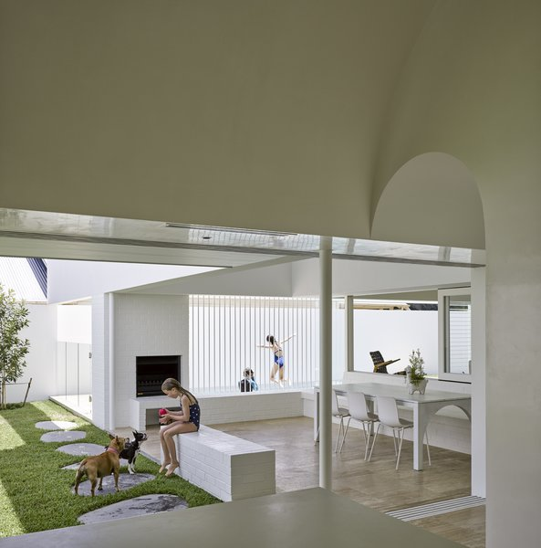 The interior spaces were designed to create an interesting geometry of interlinking planes that embrace and engage the raised grass courtyard on the northern edge of the house.