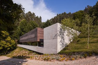 The house consists of a wood volume and a concrete volume.