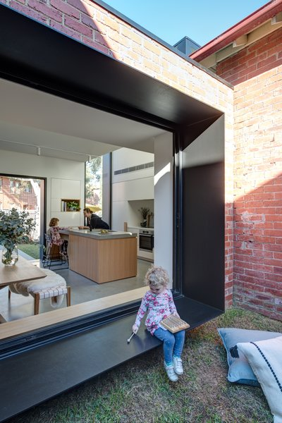 The south-facing extension, which contains a new kitchen, dining area, and laundry, captures the northern light through the introduction of a central courtyard and strategically positioned windows.