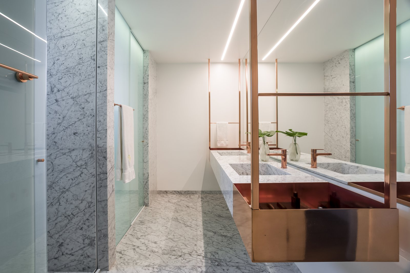 Apartment VLP master bathroom with marble finishes