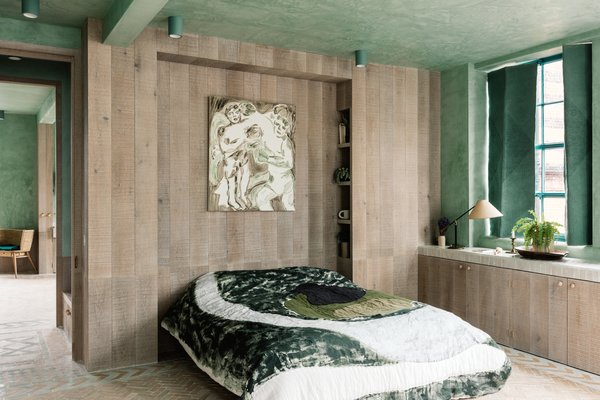 The bedroom is furnished with Once Milano hand-painted quilts.