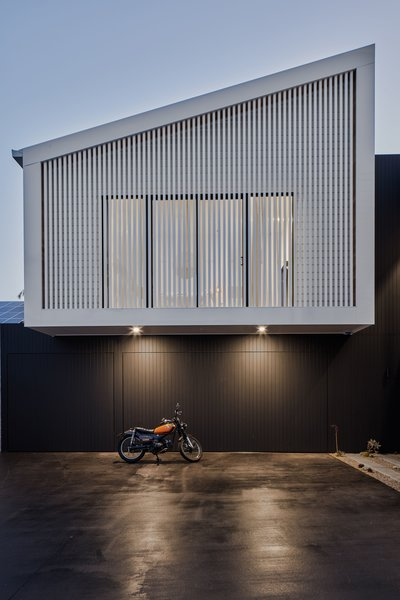 The garage doors are finished in the same painted cedar cladding as the external walls, helping them seamlessly blend in.
