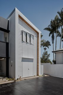 """""""The main challenge was access via the narrow driveway easement—particularly as the concrete truck wasn't able to reverse in, so the concrete had to be pumped a long way to the slabs,"""" says Farrajota."""