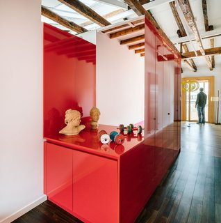 The red volume unifies the different functional zones within the apartment.