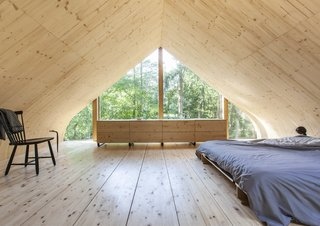 Built as a live/work space for a sculptor, Indigo by Dutch practice Woonpioniers is an eco-friendly, prefabricated cabin with bent wooden walls. The low-slung bed in the loft accentuates the height of the pitched roof and mimics the experience of camping in the woods.