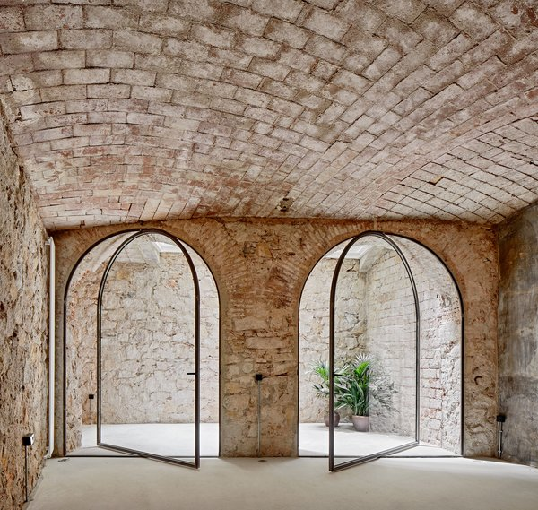 Albareda fitted the large vaulted openings in the basement with glass doors.
