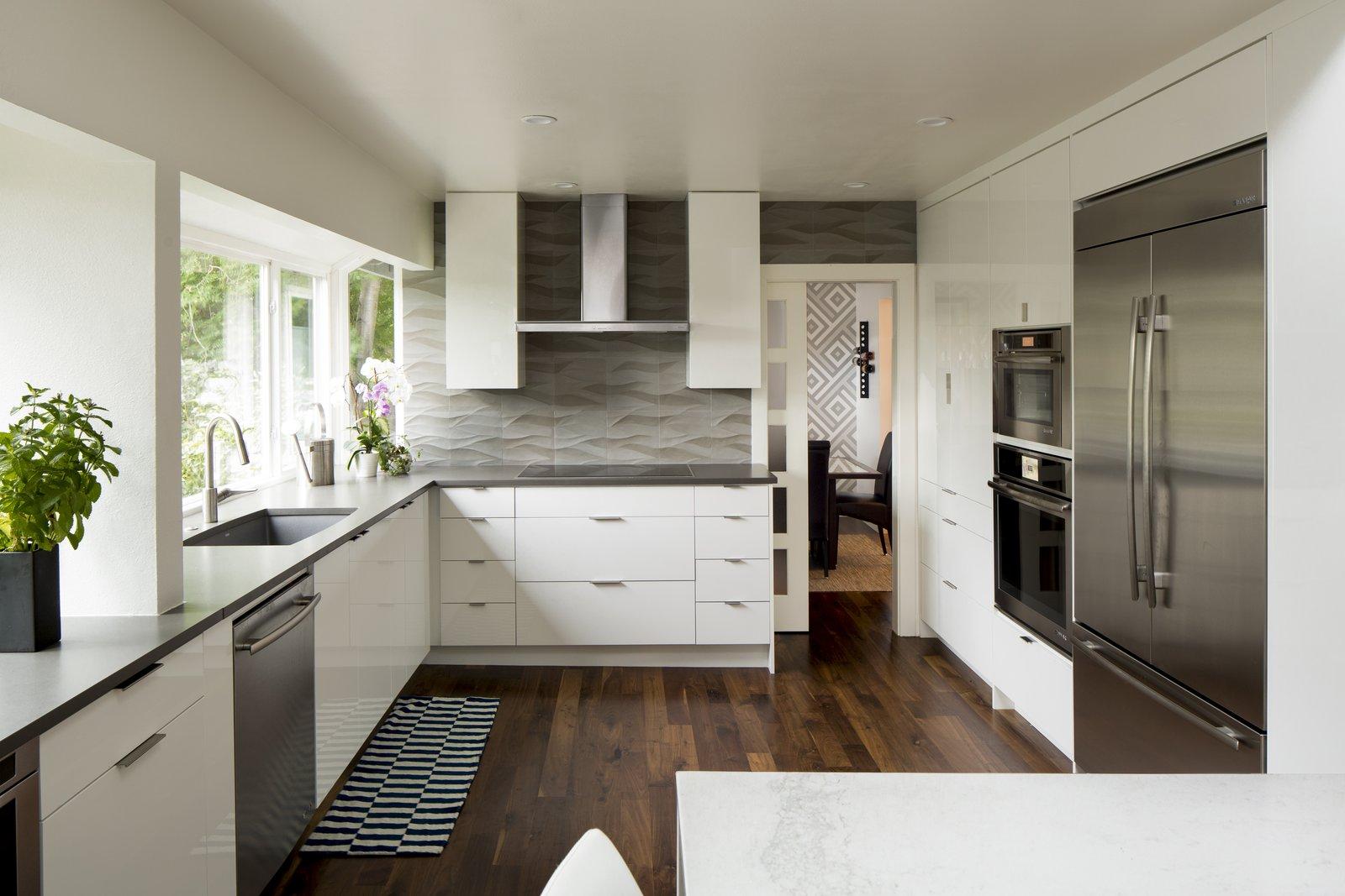 Kitchen, Engineered Quartz Counter, White Cabinet, Dark Hardwood Floor,  Stone Tile Backsplashe