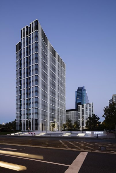 The St Martin Tower, located on Theodor-Heuss-Allee in Frankfurt am Main, was inaugurated in the summer of 2015. The wing-shaped, 18-story office building was designed by the architectural firm msm Meyer Schmitz-Morkramer. It offers tenants an infrastructure that is geared towards sustainability, corporate responsibility and a full-service philosophy: in addition to cafes, lounges and restaurants there is an in-house daycare center and gym, as well as various spaces for events and conferences.  more on: www.ewo.com