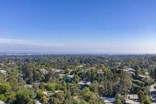 While conveniently located in the Westside of Los Angeles, the home offers a quiet city escape.