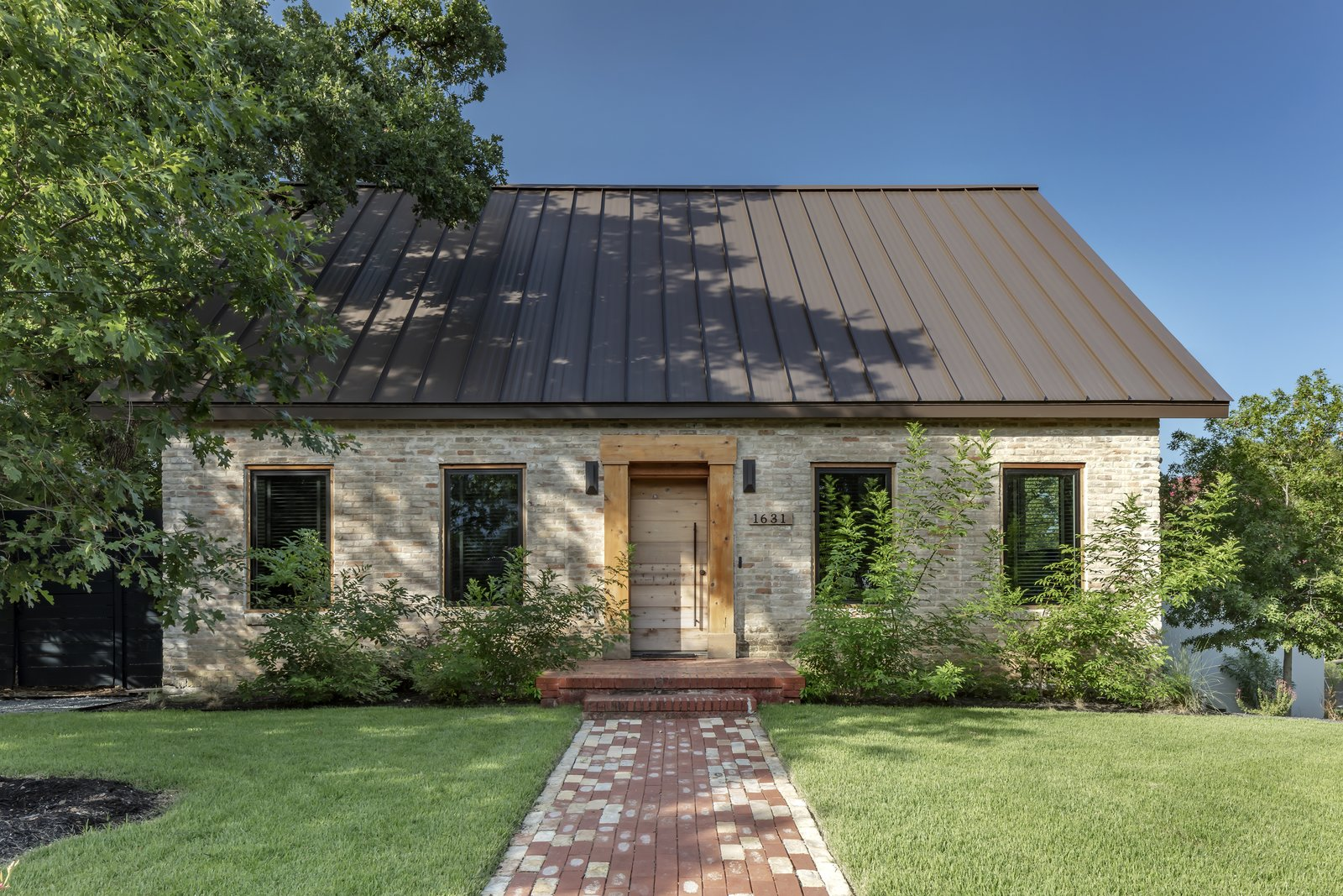 A Mullet Renovation Preserves This Historic Austin Abode's Brick Facade