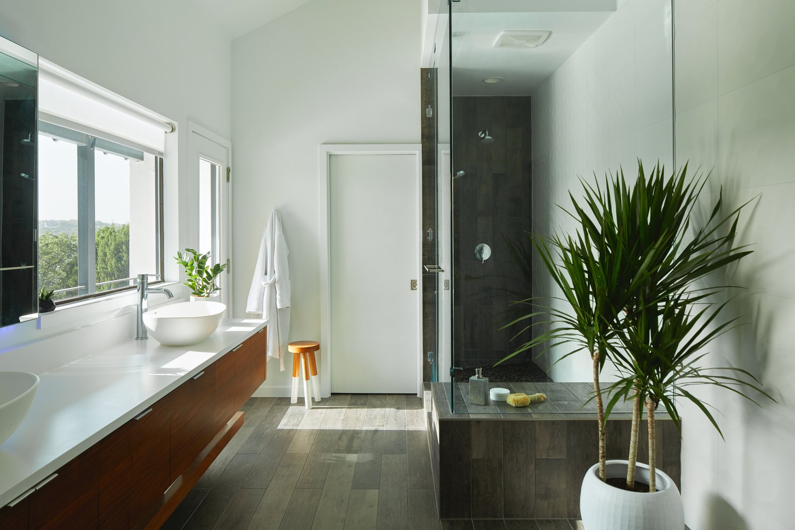 Bath, Engineered Quartz, Enclosed, Recessed, Dark Hardwood, Pedestal, Wall, Full, Ceiling, Porcelain Tile, and One Piece Via Media Residence by Matt Fajkus Architecture | Photo by Leonid Furmansky  Bath One Piece Recessed Pedestal Photos from Via Media Residence