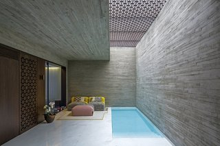 The use of the two types of concrete continues throughout the project, both on the interior and the exterior spaces.