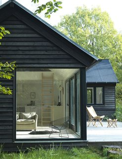 At 74 square meters (797 square feet), this variation of the Vinkelhuset line by Danish modular cabin designer Møn Huset is L-shaped in plan and hits all the right notes, boasting clean lines, a practical gabled roof, and simple, attractive detailing on the interior.