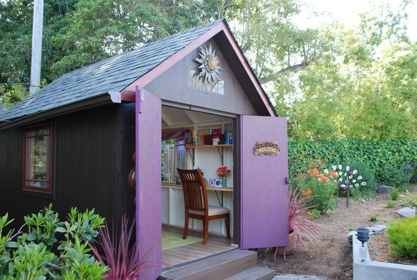 This Californian she shed was built based on a kit by Everton that arrived with about 85 different components. Once the structure was built, final steps included personalization of the she shed, like paint and flooring selection and installation of curtains and other furniture.