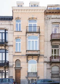 The exterior presents a traditional townhouse facade, along the Rue Renier Chalon in Brussels.