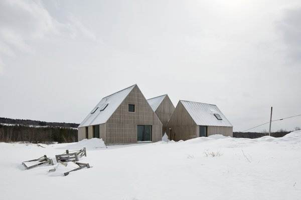 Designed by the Canadian firm Pelletier de Fontenay in collaboration with architect François Abbott, the residence is located in the rural town of Hartley in Quebec, Canada.