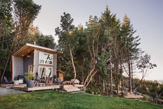 Ohana, as the couple call the Galiano 100 house, is oriented so that it faces northeast towards Vancouver. Because of its location on the island of Galiano across the strait from the city, the dwelling feels secluded but has the benefits—and views—of the nearby urban environment.