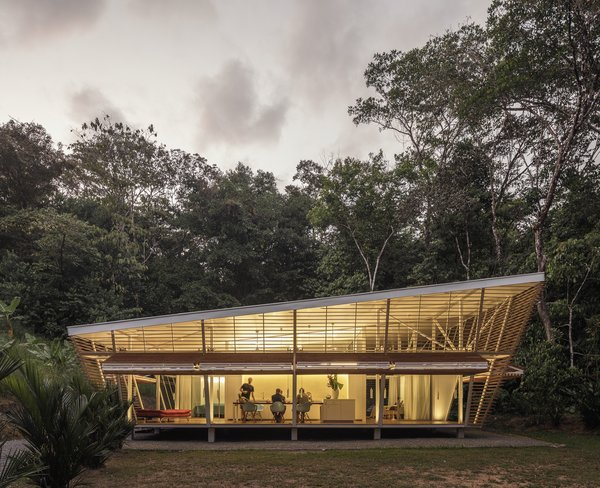 """This """"No Footprint"""" Prefab Embraces Tropical Modernism and Sustainable Design"""
