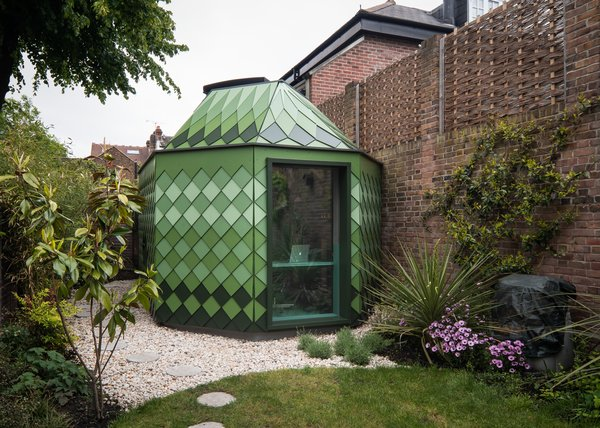 In search of a medium-term solution that would allow them to stay in their garden apartment instead of moving to the suburbs, Londoners Jonnie and Rachel Allen looked to their backyard for extra space. They wanted a structure that can be easily taken apart and rebuilt, in case they ultimately decide to move and bring the pavilion along.