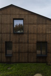 The exterior of the farmhouse is clad with prefabricated panels composed of hemp fiber.