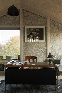 家里的预制外部壳体在短短两天内完成。在内部,墙板是由木材框架。