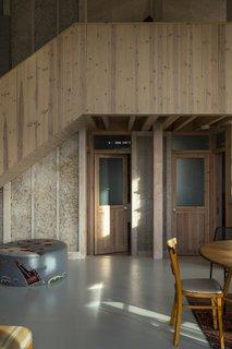 一种木复合楼梯通往上层。门的卧室和一楼浴室由相同的木材,创造连续性的空间感。