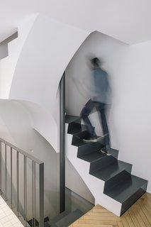 房子可以从一楼地下室或街道进入,并上升到二楼的楼梯是矮胖和固体,以更加雕塑支撑系统下方。