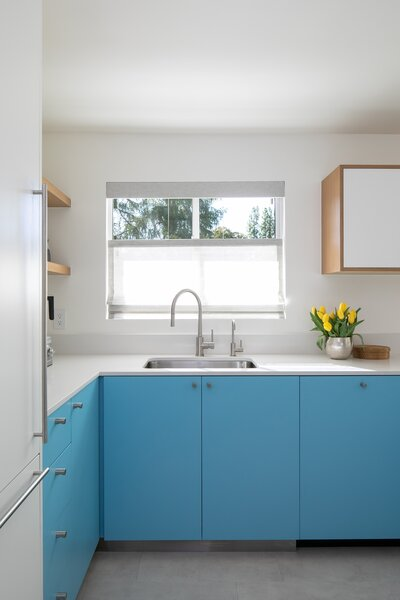 Having the sink in front of the window is a classic feature in many homes, and here it allows for views out to the well-used pool.