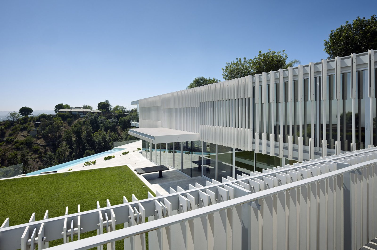 In plan, the structure is an L-shape, embracing the view across its angled infinity pool.  Oberfeld Residence