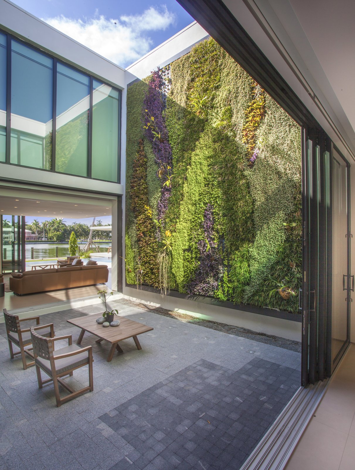 Outdoor and Garden Atrium  Allison Road Residence by Choeff Levy Fischman
