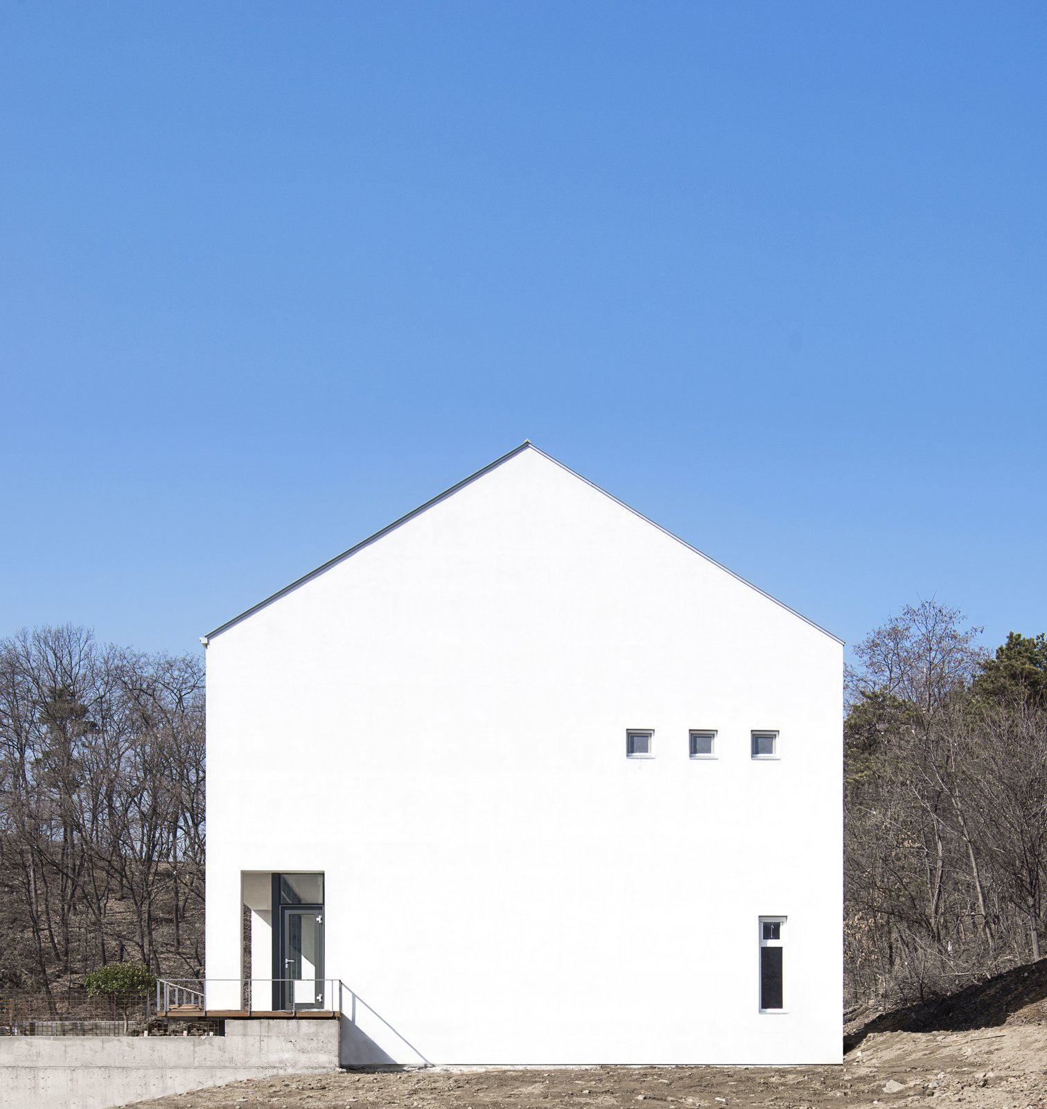 Front Yard, Concrete Patio, Porch, Deck, Large Patio, Porch, Deck, and Outdoor West Elevation  A House by Chang Kyu Lee