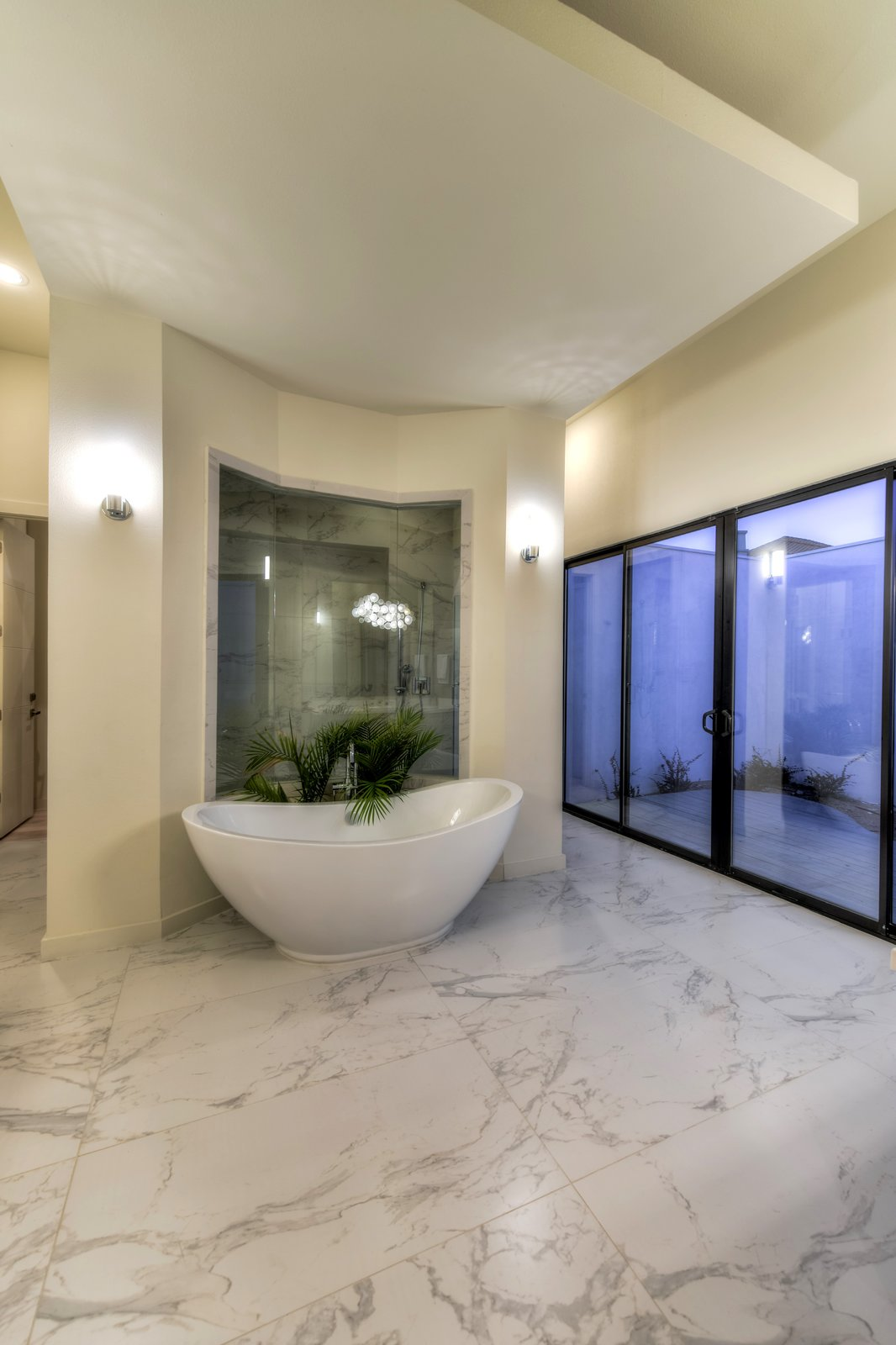 MASTER BATHROOM  ORVANANOS HOUSE by OSCAR E FLORES DESIGN STUDIO